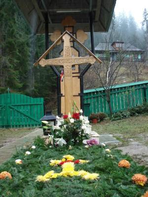 Mormantul Parintele Gheorghe Calciu Manastirea Petru Voda