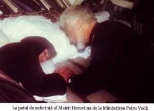 Parintele Gheorghe Calciu la patul de suferinta al Maicii Heruvima de la Petru Voda