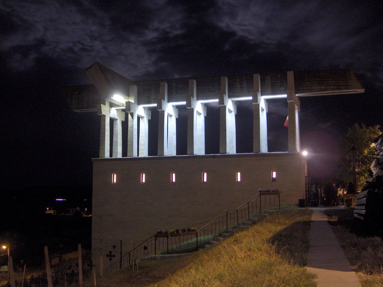 Monumentul de la Aiud noaptea