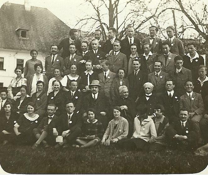Studenti crestini  la 1927. In poza apar Margarita Vulcanescu (prima din randul trei, stanga), Mircea Vulcanescu (al treilea de la dreapta, acelasi rand) si N. Berdiaev (centru, randul 2)