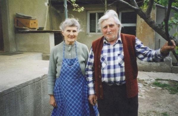 Ana-si-Ion-Gavrila-Ogoranu in curtea casei lor