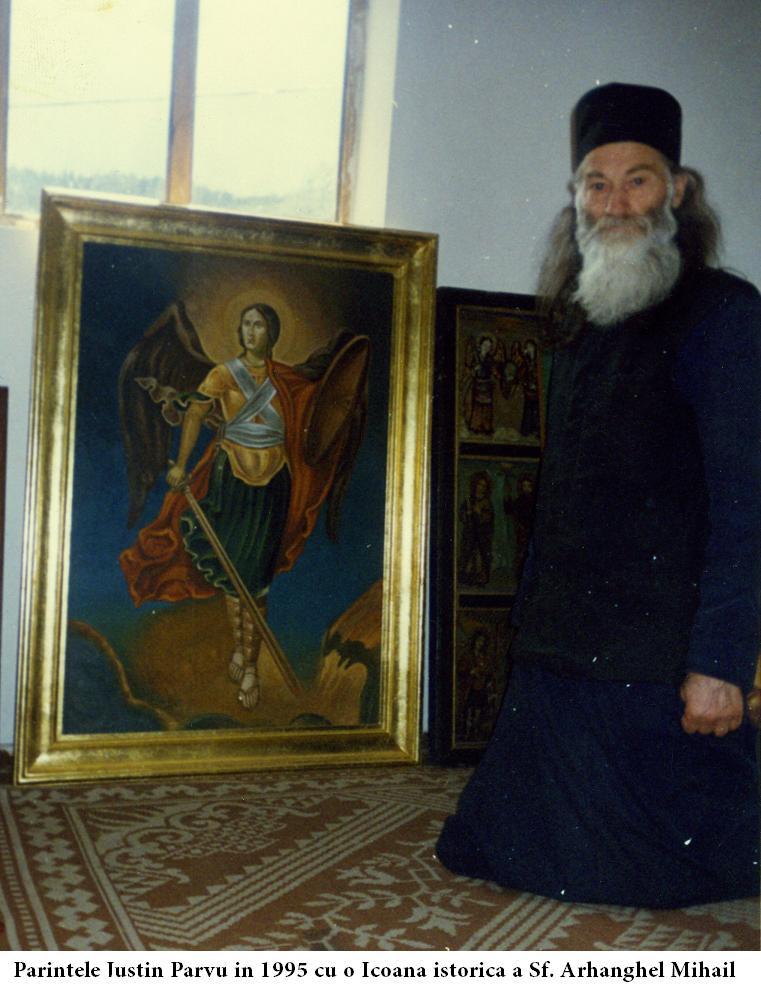Parintele-Justin-Parvu-in-1995-cu-o-Icoana-istorica-a-Sf.-Arhanghel-Mihail