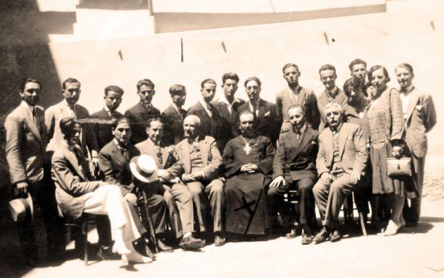 Preotul-senator Vasile Doncilă, în mijlocul profesorilor şi elevilor Gimnaziului de băieţi din Chişinău. FOTO Dosarul SIS