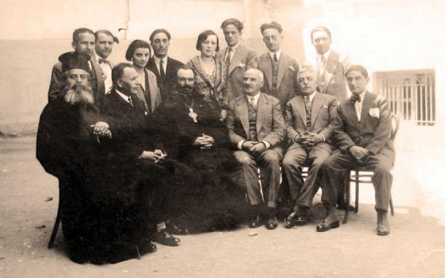 Preotul-senator Vasile Doncilă al treilea de jos, în mijlocul profesorilor Gimnaziului de băieţi din Chişinău. FOTO Dosarul SIS