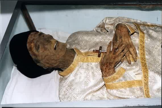 Trupul Parintelui Ilie Lacatusu la Cimitirul Adormirea Maicii Domnului Giulesti