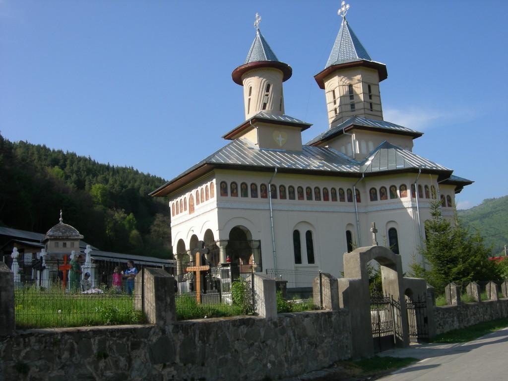 Biserica Stoenesti proiectata de musceleanul Dumitru Ionescu-Berechet, arhitectul-sef al Patriarhiei; in stanga se afla cavoul familiei Cotenescu
