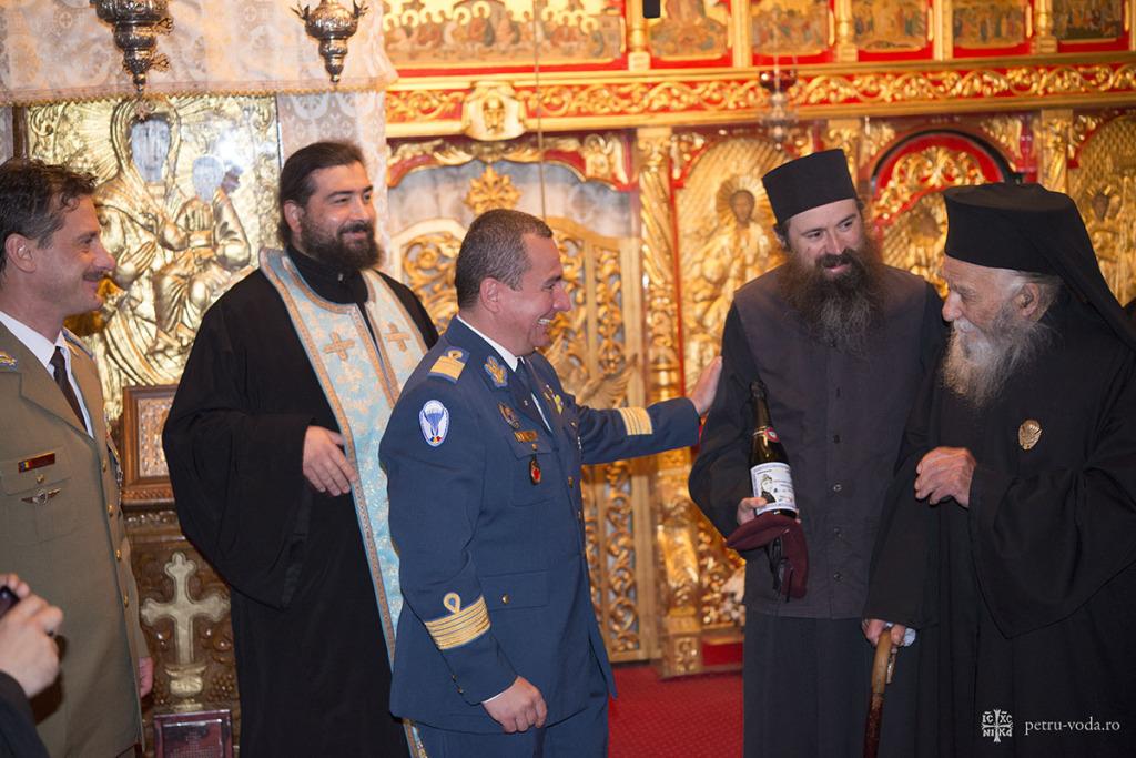 Parintele Paulin Clapon la Petru Voda decorat de Armata