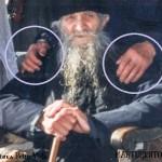 """Le-au smuls unghiile şi n-au scos nici un sunet. FOTOGRAFIE DOCUMENT cu Gheorghe Dragon şi Părintele Marcu Dumitru """"Fachirul"""" († 26 Februarie 1999)"""