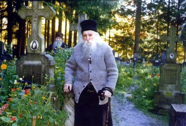 Parintele Cleopa la cimitirul Manastirii Sihastria