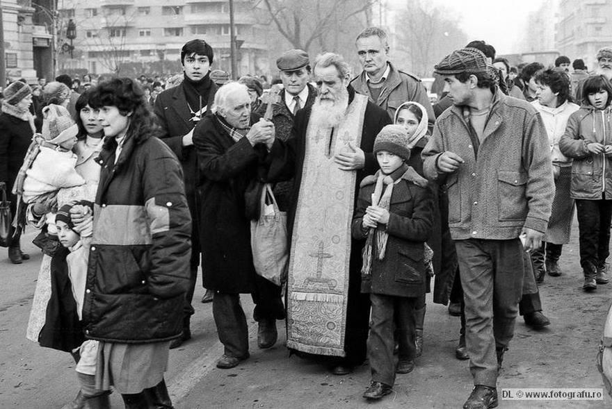 Parintele Galeriu in Decembrie 1989 - Piata Universitatii - fotografiat de Dinu Lazar