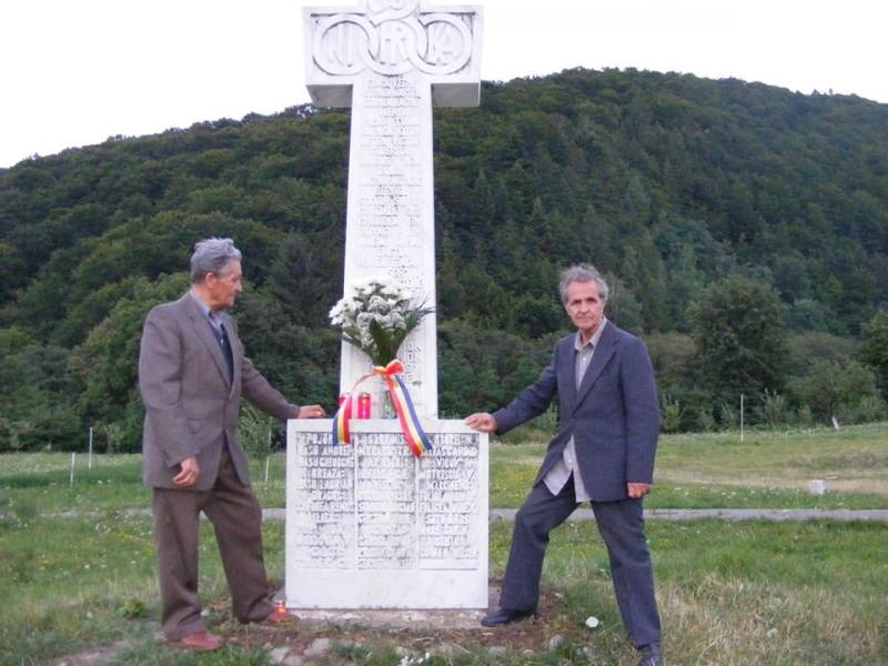 Doctorul Teofil Mija şi Nicolae Purcărea la Crucea de la Mănăstirea Brâncoveanu de la Sâmbăta de Sus, ridicată în memoria luptătorilor din Munţii Făgăraşului. Ultimul pelerinaj împreună, 2009