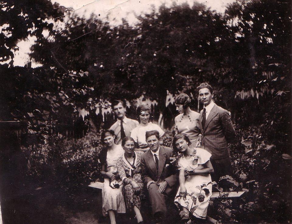 familia-iordache-din-nicorestii-tecuciului-aprox-1935