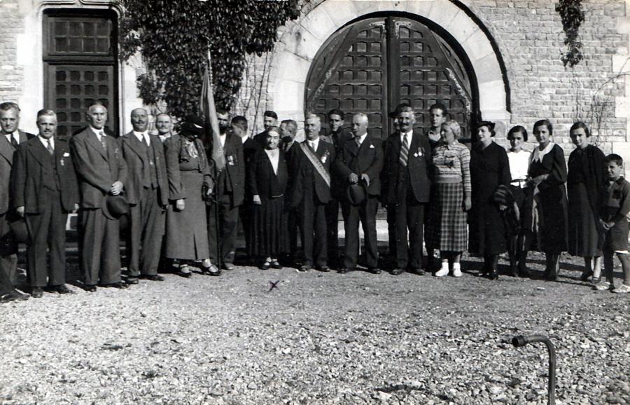 la-castelul-cantacuzino-din-busteni-in-centru-alexandrina-cantacuzino-mama-lui-alexandru-alecu-cantacuzino-ucis-la-ramnicu-sarat-in-1939