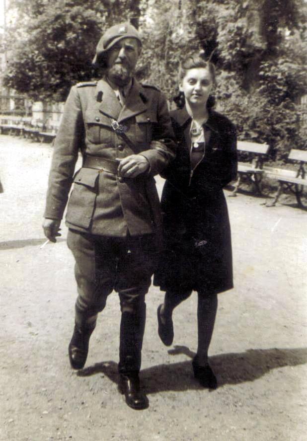 olguta-impreuna-cu-tatal-ei-inginerul-ioan-blanaru-focsani-gradina-publica-1940