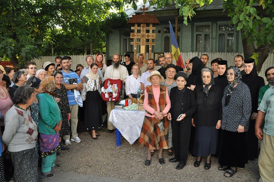 troita-ridicata-in-2012-in-fata-casei-familiei-iordache-din-nicoresti