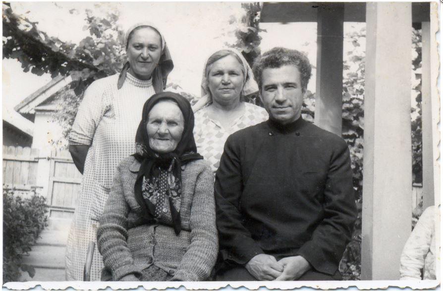6-parintele-gheorghe-calciu-marturisitorii-ro-acasa-cu-mama-si-familia-la-mahmudia