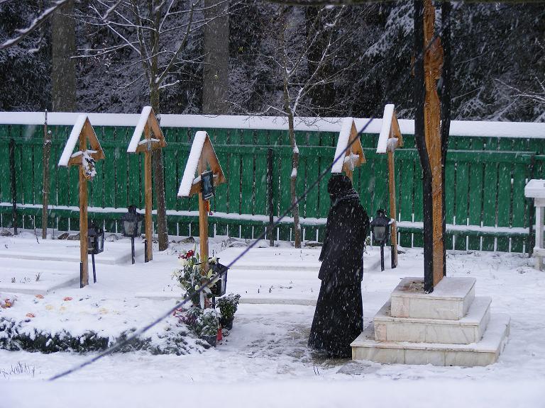 la-mormantul-parintelui-calciu-manastirea-petru-voda-roncea-ro