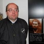 """Memoria fostului deţinut politic anticomunist Aurel Vişovan (17 ani de temniţă), profanată în stil bolşevic la Sighet de Institutul """"Elie Wiesel"""". Placa neputinţei noastre"""