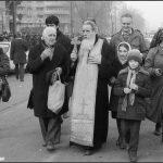 """DECEMBRIE 1989 – Părintele Galeriu în Piaţa Universităţii. Despre jertfa tinerilor, în Miracol '89: """"Vom muri şi vom fi liberi!"""""""